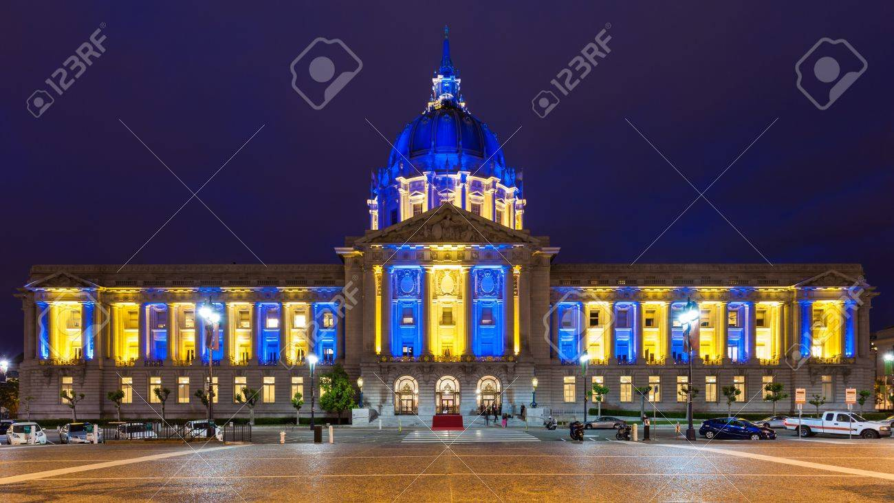 nouveau produit 5f86d 61592 Hôtel de Ville dans la lumière bleue et or en l'honneur des Golden State  Warriors faire les séries éliminatoires NBA