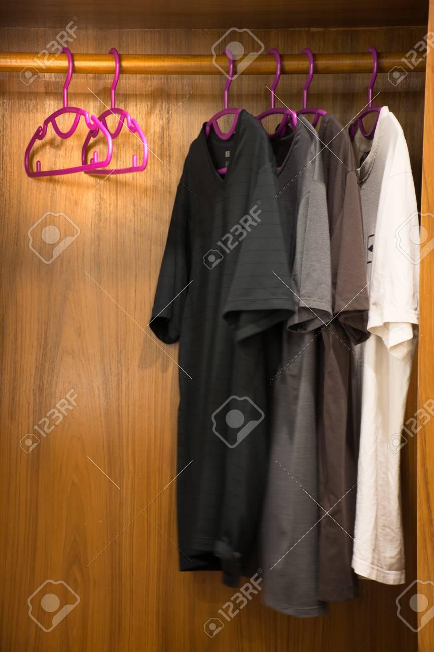 Pour Accrocher Les Vetements garde-robe pour accrocher des vêtements ou des robes à compléter.