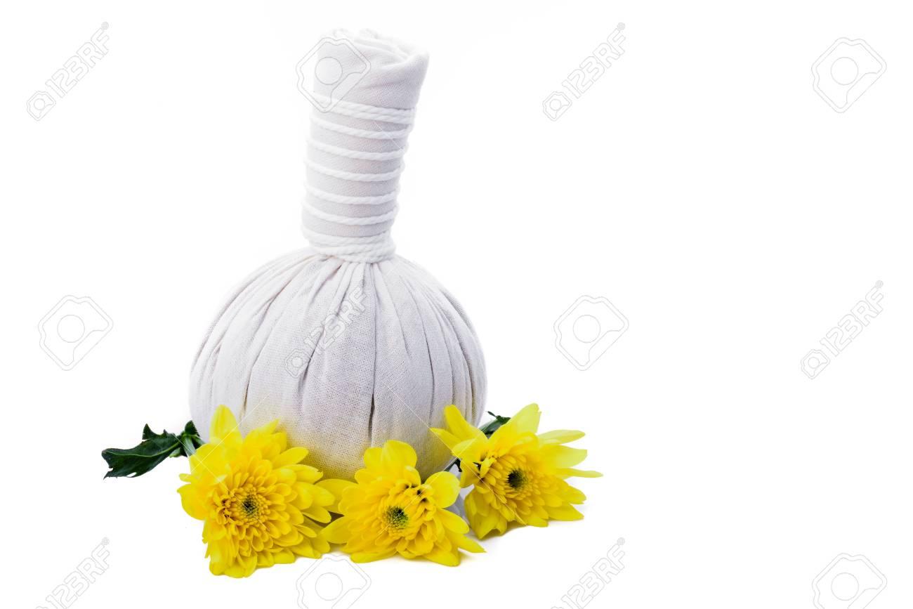 Boules De Massage A Base De Plantes Et De Fleurs Jaunes Isole Sur