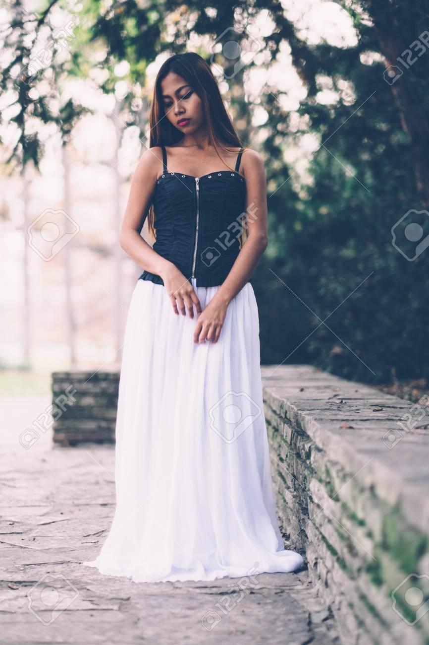 Hermosa Chica En Vestido Blanco Largo Soñando Despierto En El Parque