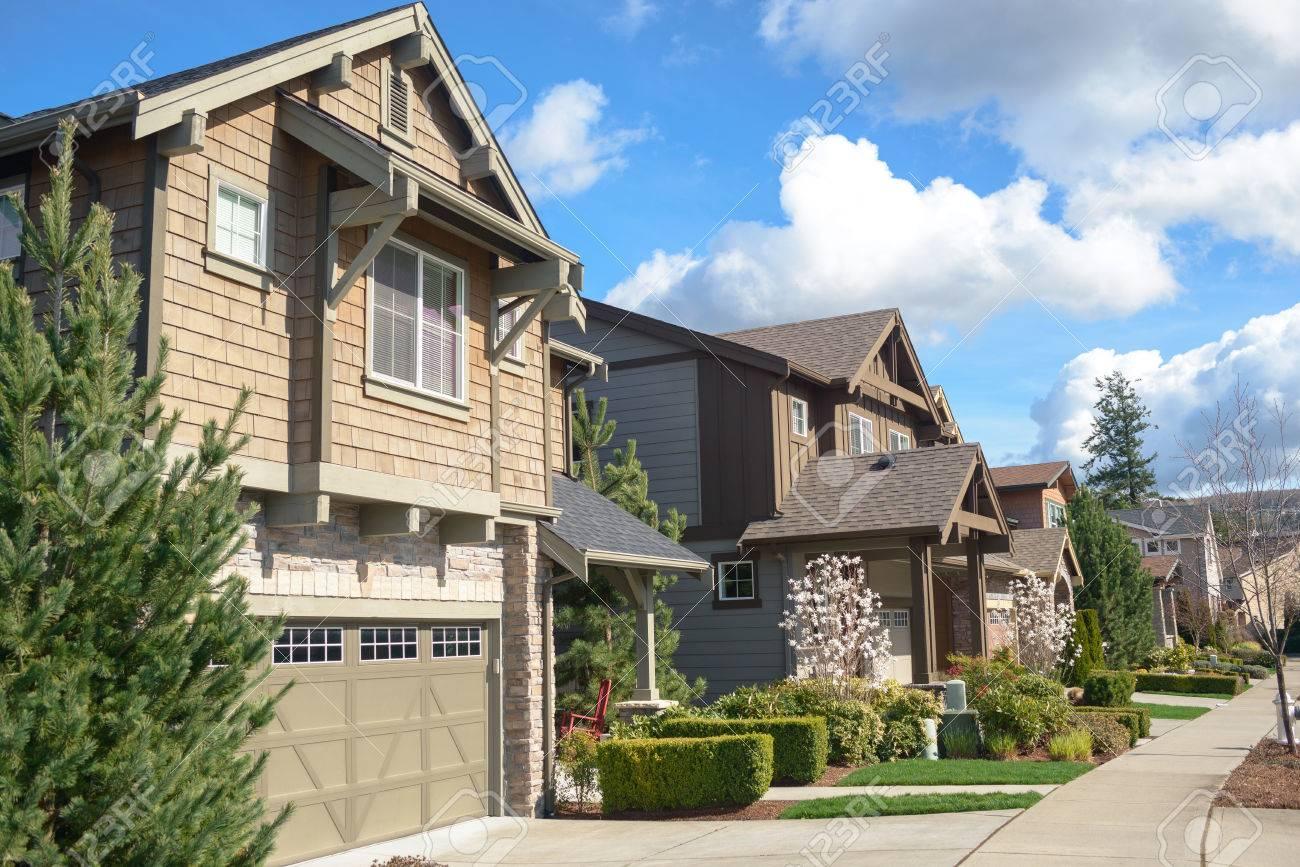 maisons contemporaines en amérique. il ya des maisons de deux étages