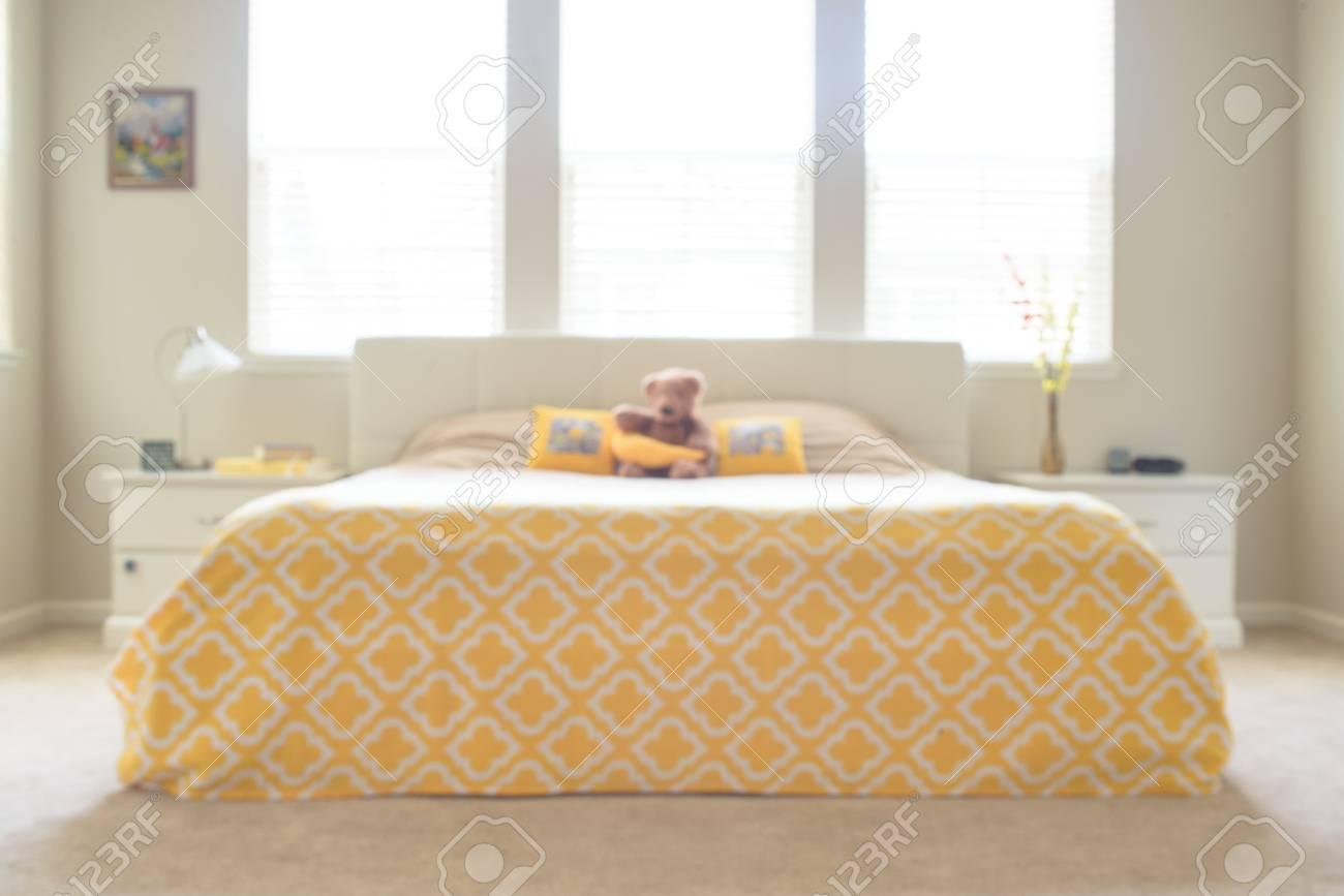 Camera Da Letto Giallo : Camera da letto spettacolare in bianco e giallo foto royalty free