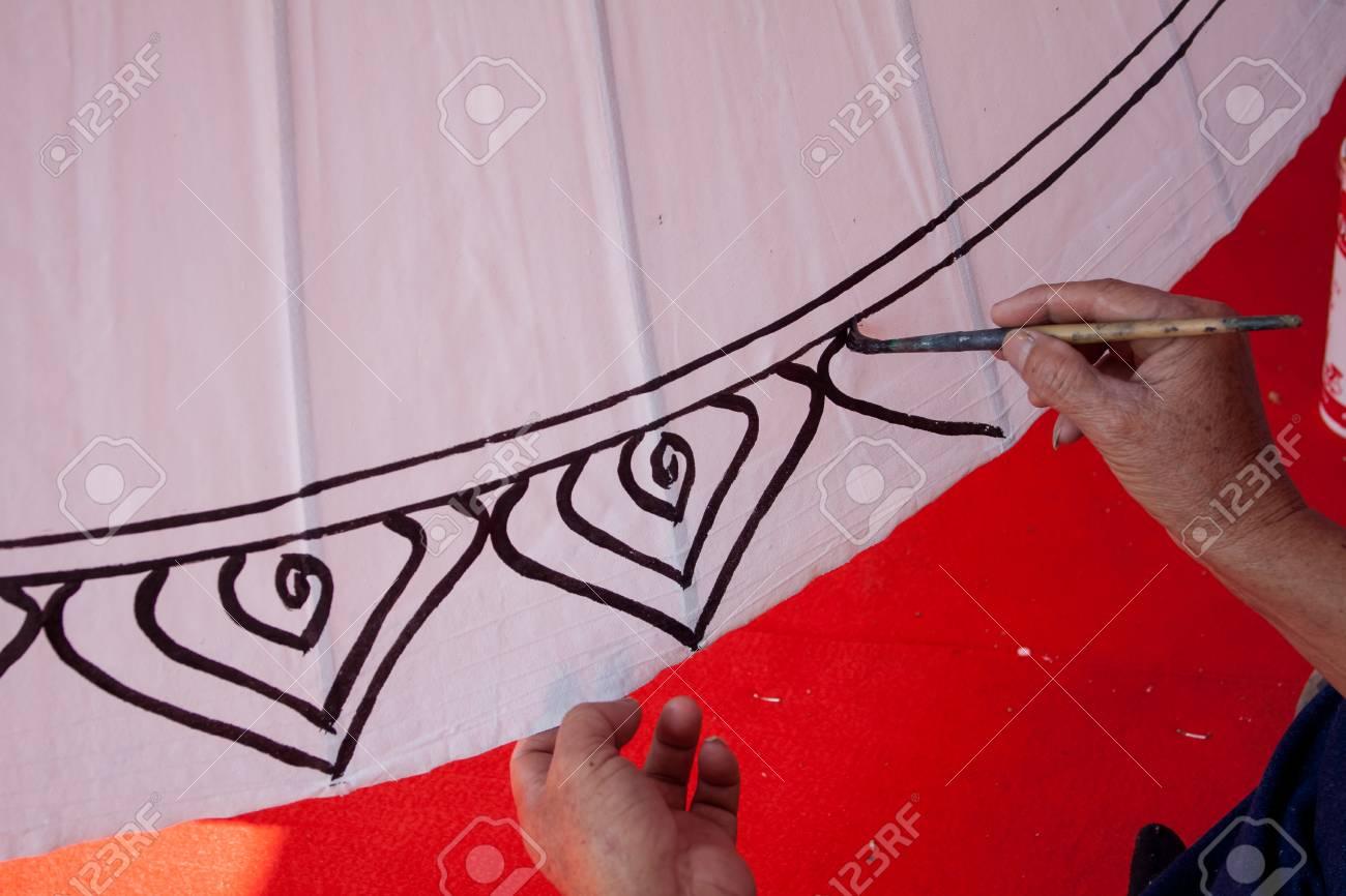 Pinturas Para Colorear Sombrilla Hecha De Las Artes De La Tela De Papel Y Artesanías De La Aldea Bo Sang Chiang Mai De Tailandia
