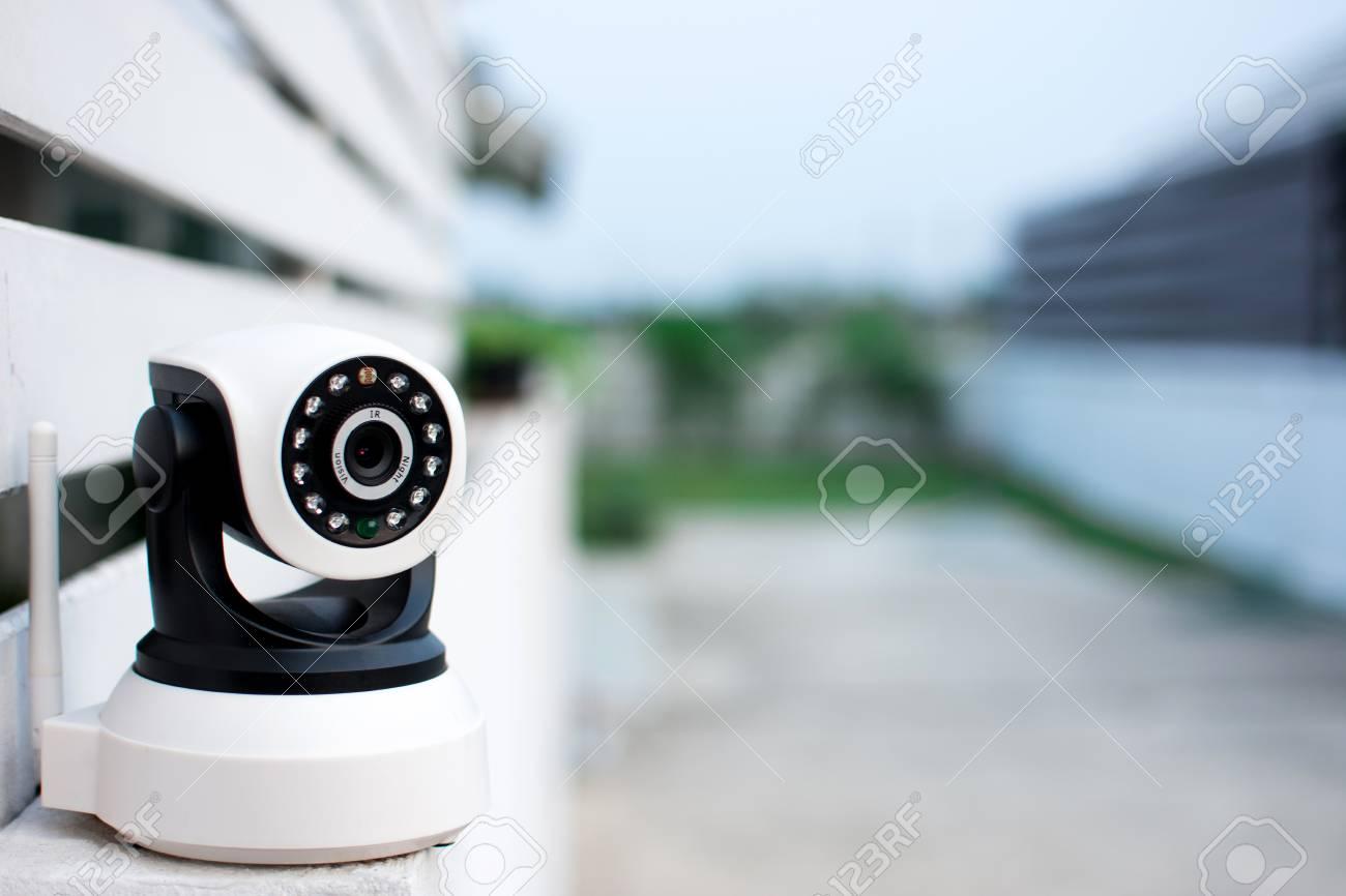 cctv-Überwachungskamera, die zu hause arbeitet. lizenzfreie fotos