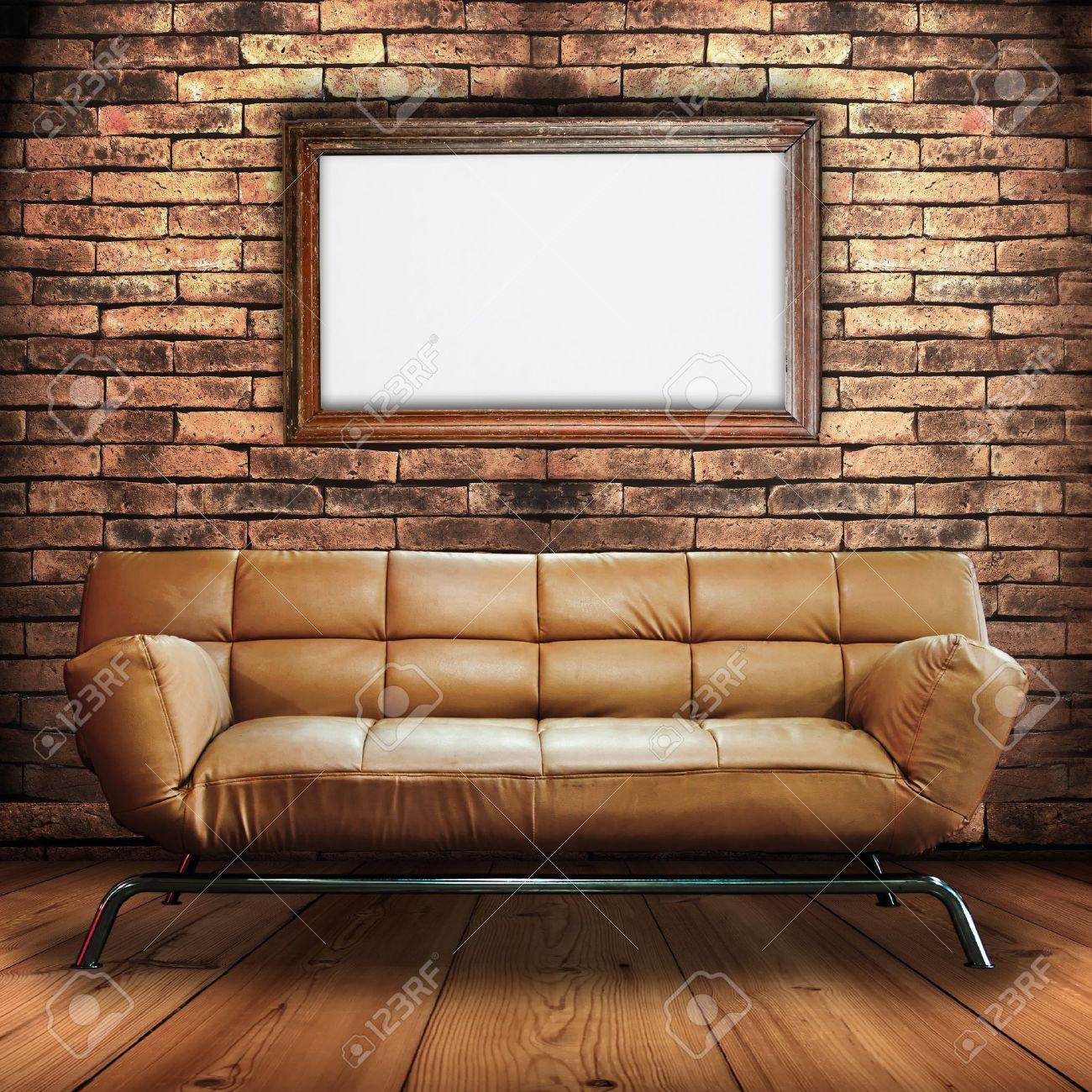canapé en cuir sur bois étage et ossature bois signe dans la salle