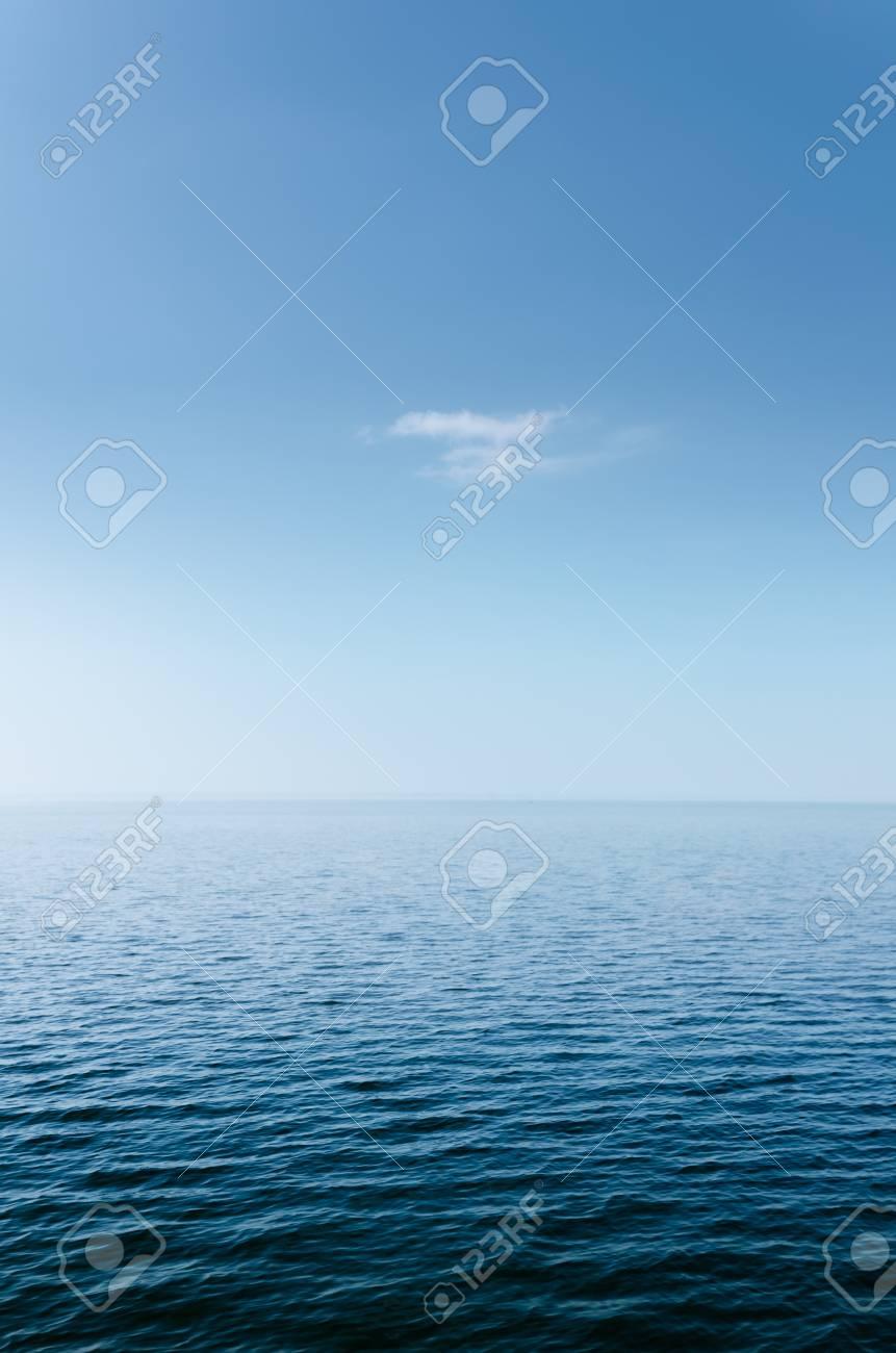 Estratto Mare Azzurro E Cielo Poco Nube Bianca Per Sfondo Foto