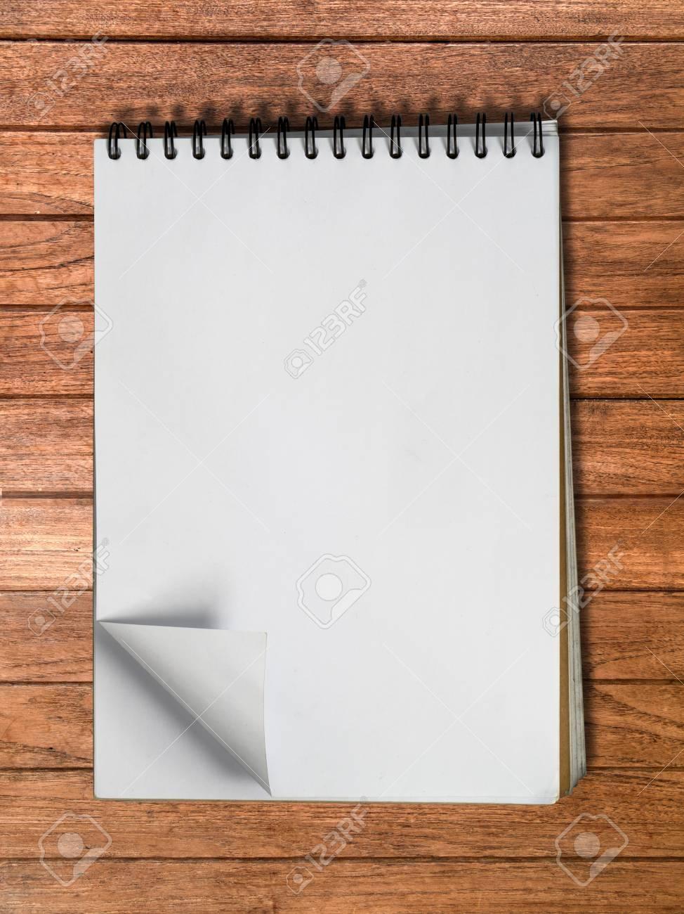 bebb1cfbe Blanco cuaderno de dibujo una página vertical en madera de fondo de la tabla