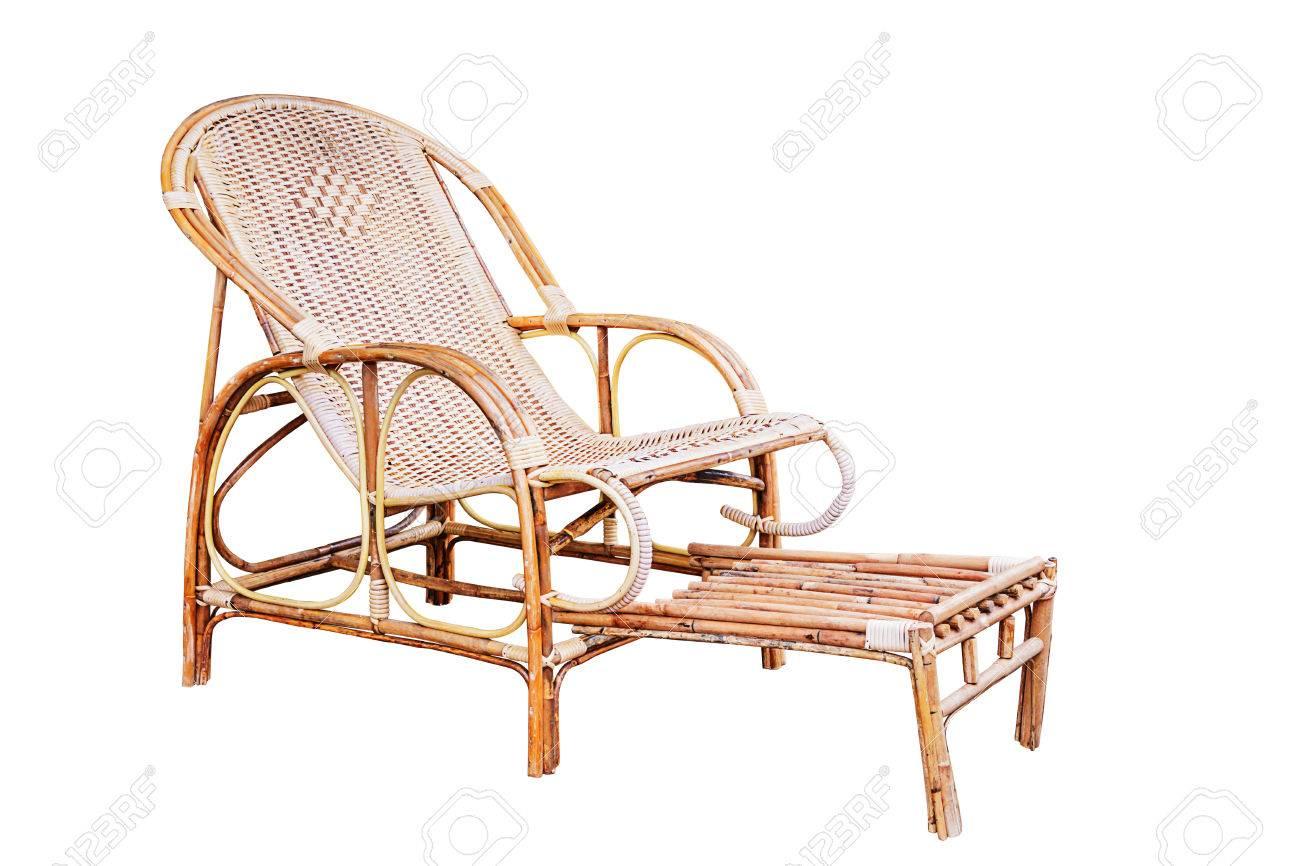 Witte Rieten Stoel : Rieten comfortabele stoel met voetenbank op wit wordt geïsoleerd