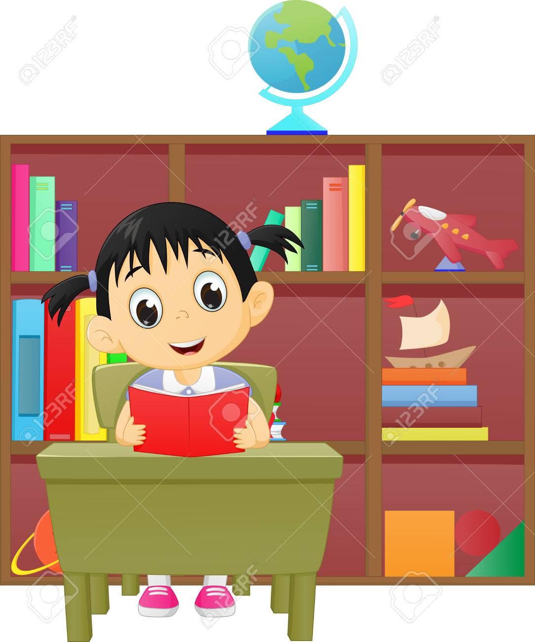 Petite Fille Lisant Un Livre Dans La Bibliotheque