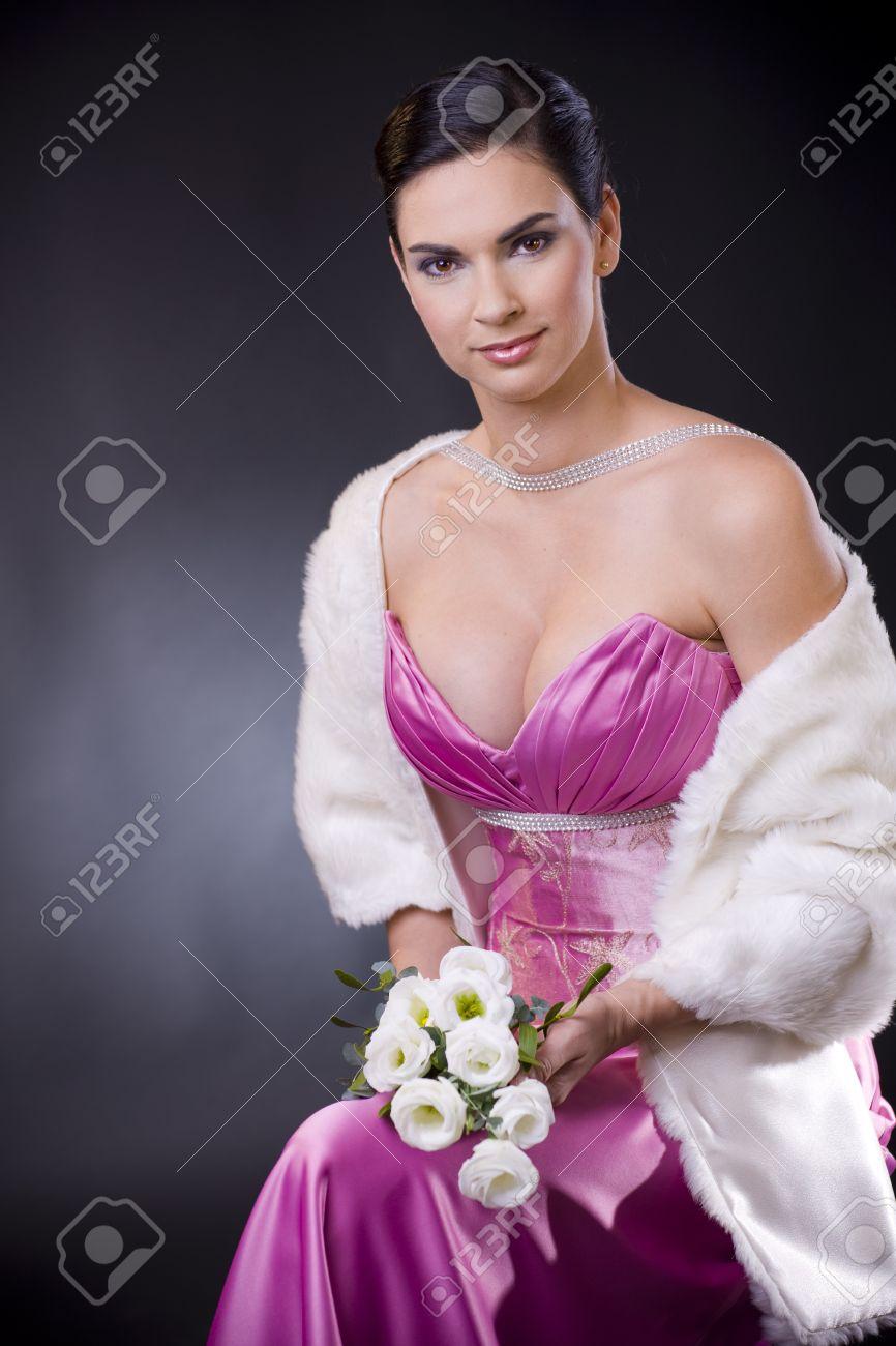 Joven Y Bella Mujer Sentada En Una Silla Llevando Púrpura Vestido De ...