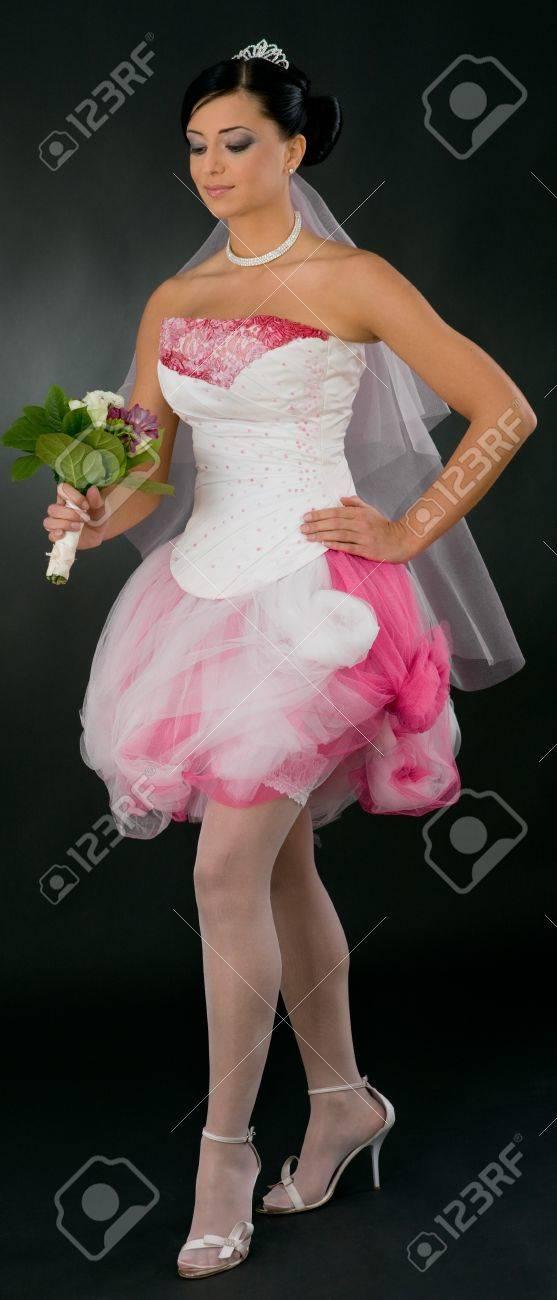 Schöne Junge Braut In Gebunden, Weiß Und Rosa Und Weißen Brautkleid ...