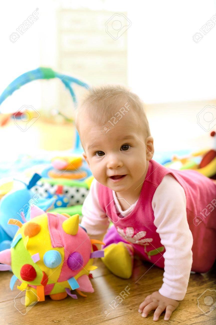 3a1345f95dcbc Banque d images - Bébé fille (9 mois) à jouer avec les peluches à la  maison. Les jouets sont bien libérés.