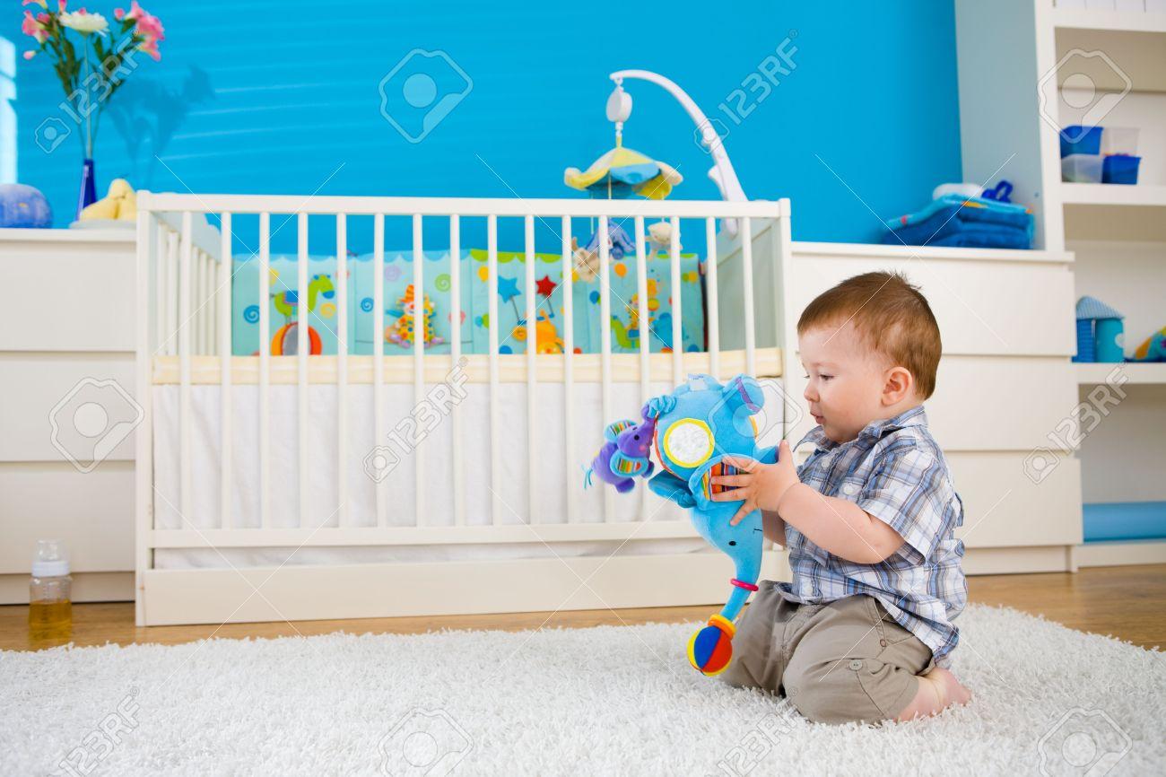 Sweet Baby Junge (1 Jahr Alt) Auf Boden Zu Hause Sitzen Und Auf ...