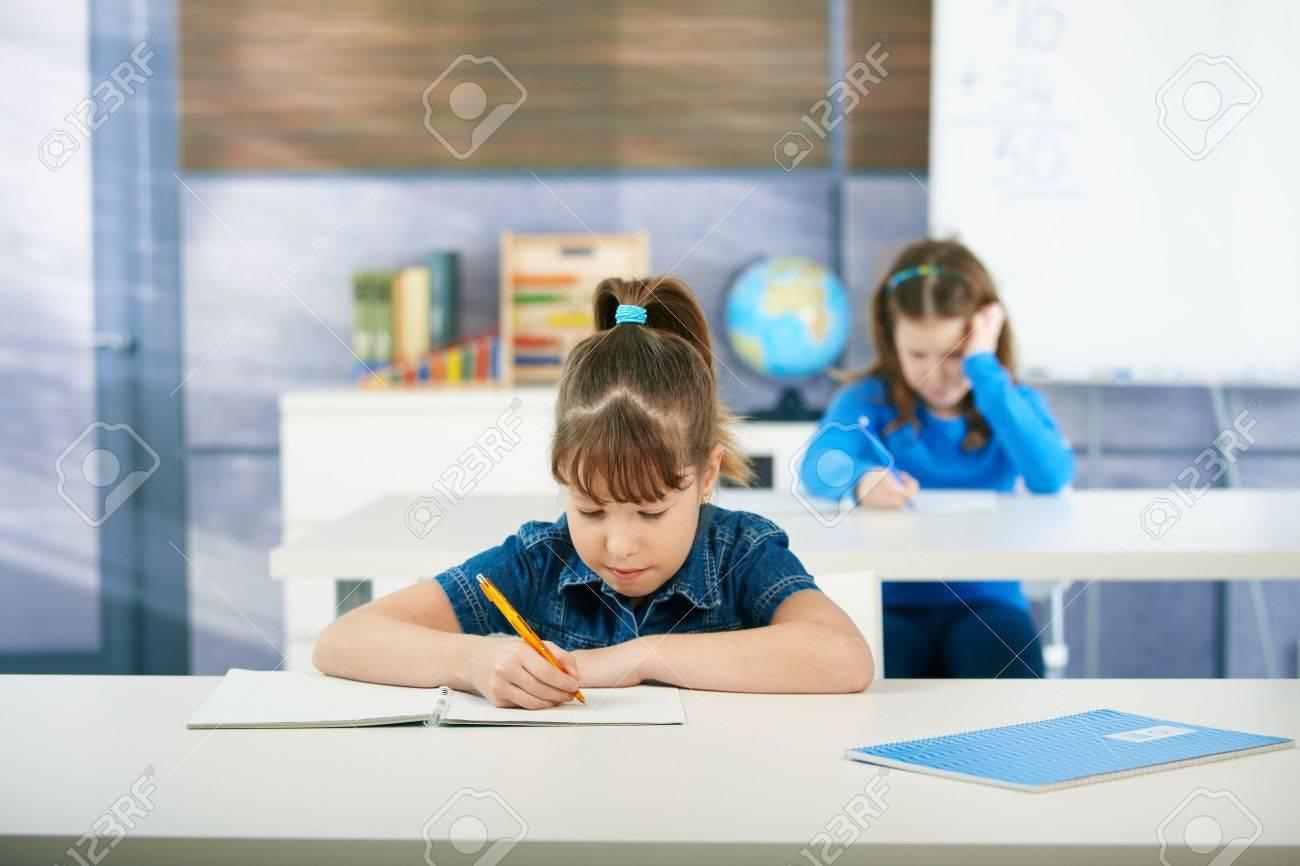 Scrivania Per Bambini Elementari : Bambini alla scrivania in aula di scuola primaria apprendimento