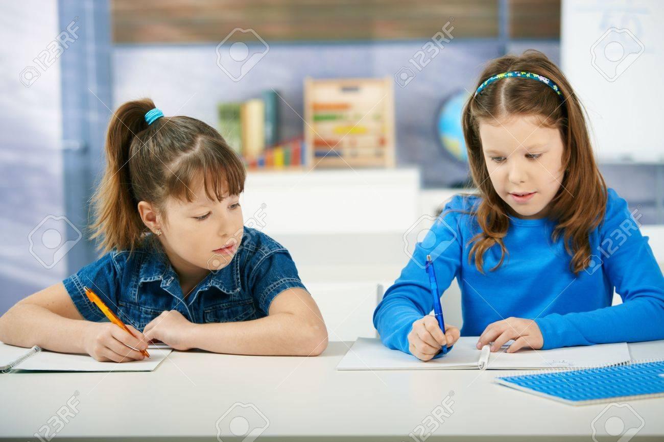 Scrivania Per Bambini Elementari : Bambini seduto alla scrivania lavorando insieme in aula di scuola