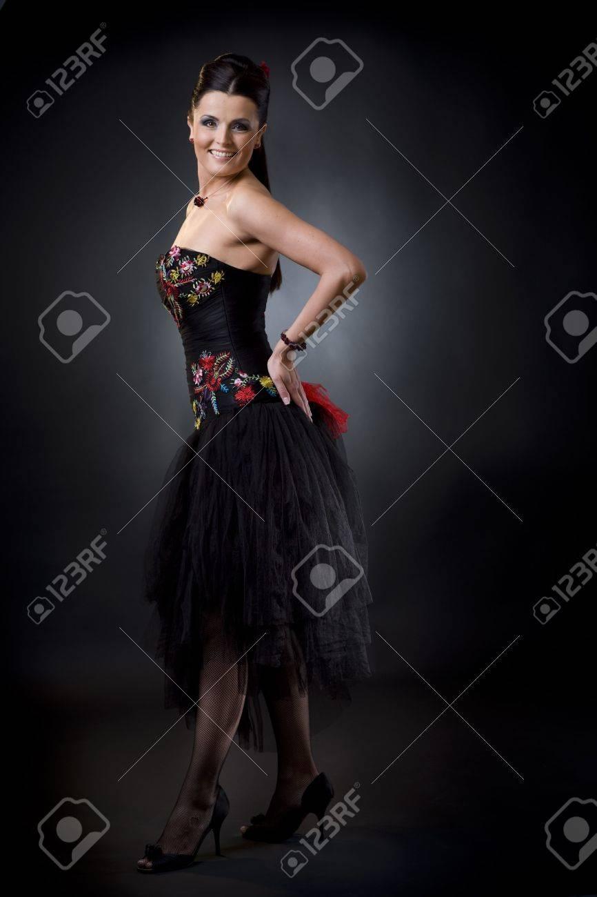 Schöne Junge Frau Tragen Eine Schwarze Cocktailkleid-Standing In ...