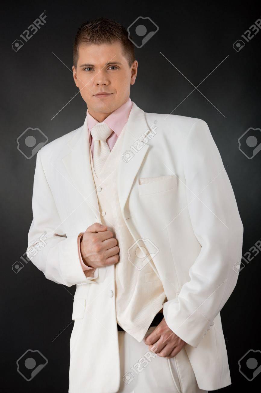 Studio Portrait Of Groom Dreiteilige, Weißen Anzug Mit Rosafarbenes ...