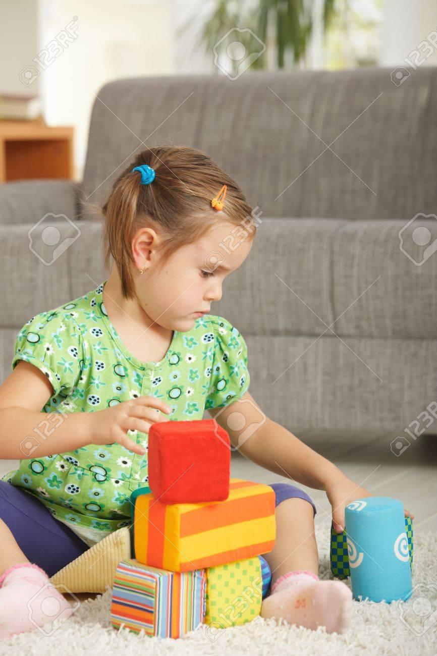 La AñosJugando Juguete Con 4 Niña3 De Casa Bloques Concentrando En BexCrdoW