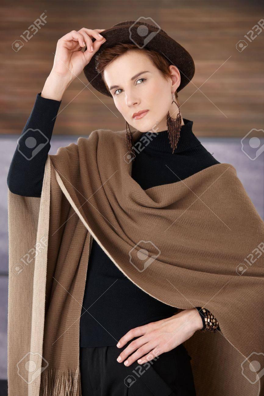 Mode femme posant dans accessoires à la mode, chapeau, une écharpe et bijoux, regardant la caméra. Banque d'images - 8559786