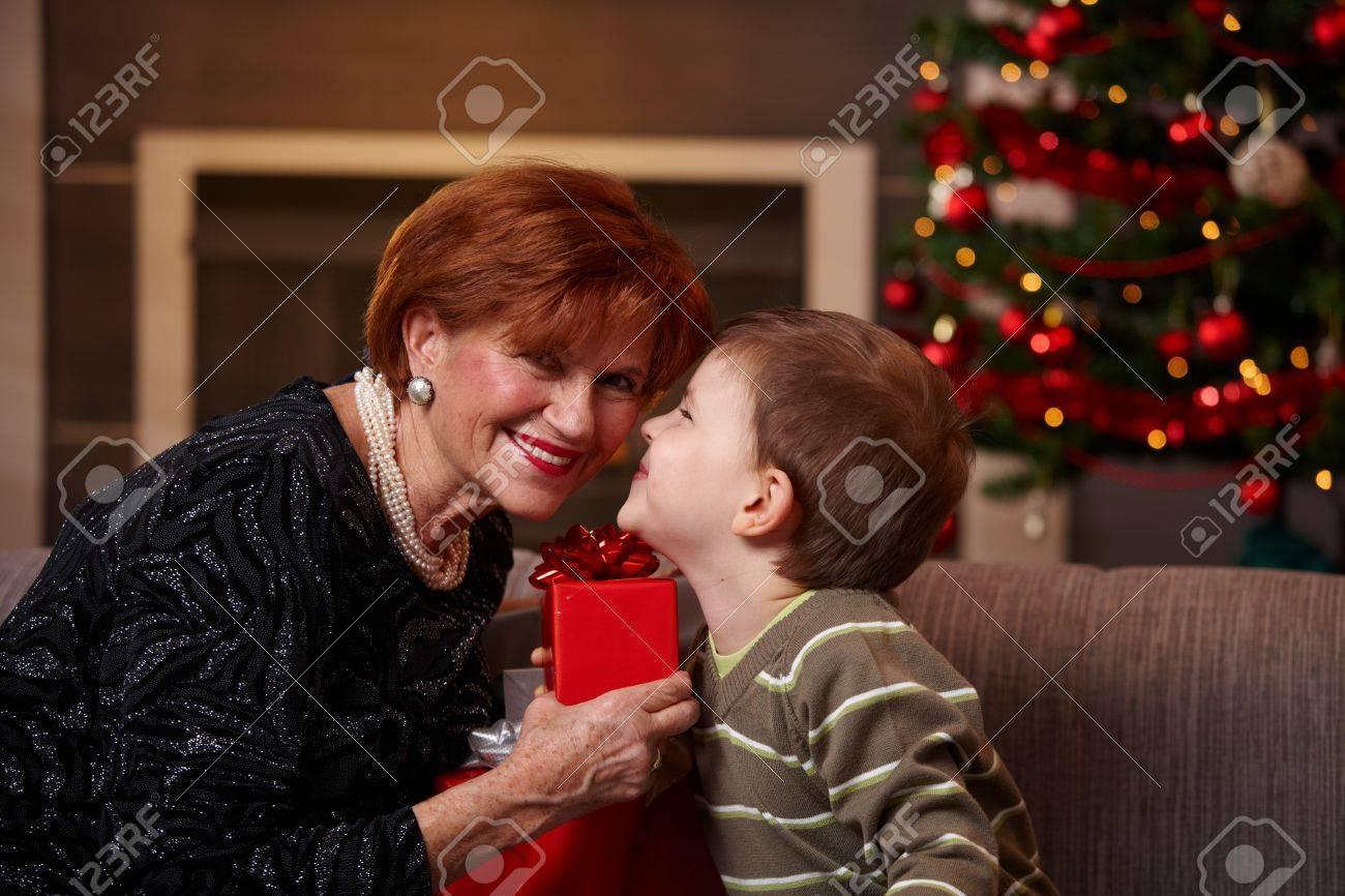 Kleine Jungen Bekommen Weihnachtsgeschenk Von Glücklich Großmutter ...