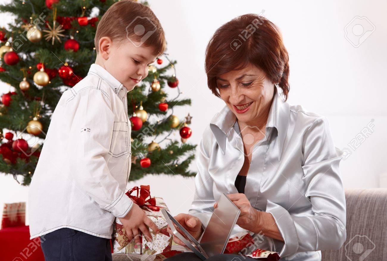 Großmutter Und Enkel Eröffnung Weihnachtsgeschenke Zusammen ...