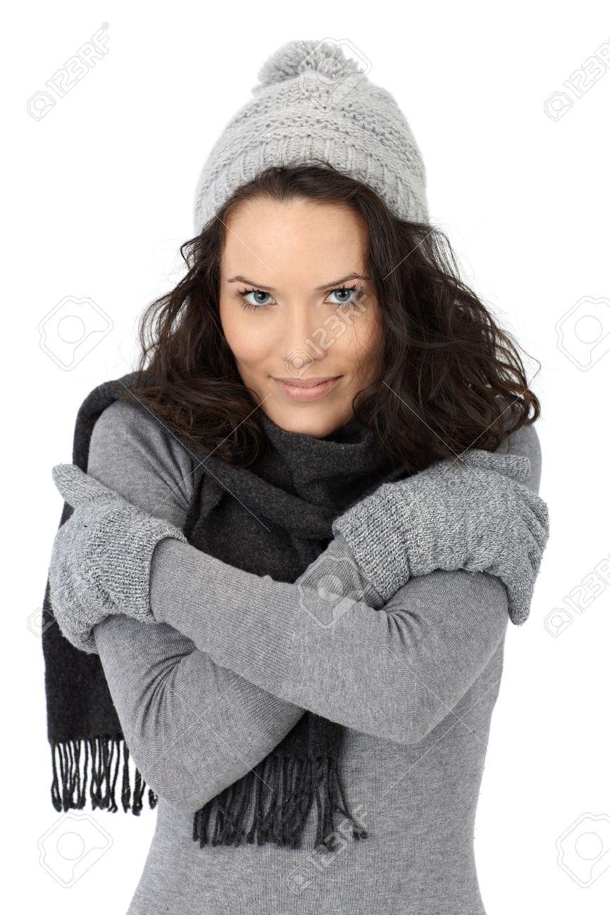 Belle Femme Une Sensation De Froid En Hiver Coiffé Dun Bonnet écharpe Et Gants Isolé Sur Fond Blanc