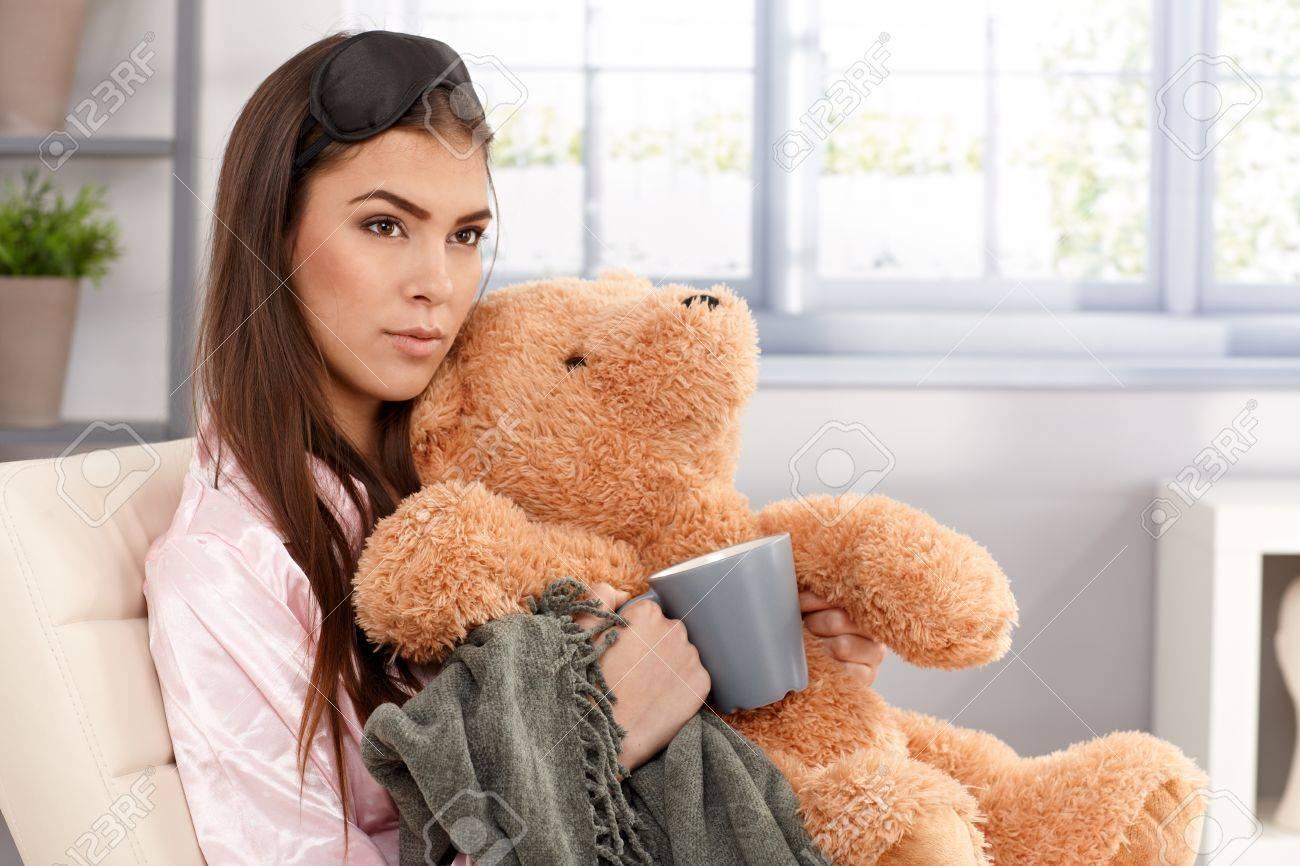 89a20063a6 Mañana Retrato De Mujer Joven Dormido Abrazando Con Osito De Peluche Y Una  Manta