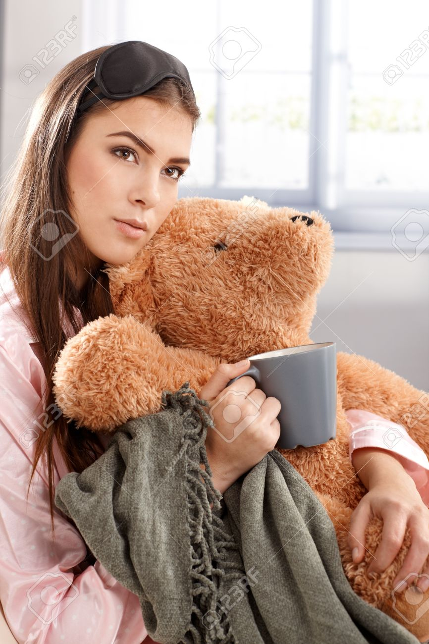 d220949244 Foto de archivo - Retrato de joven mujer en pijama y antifaz para dormir