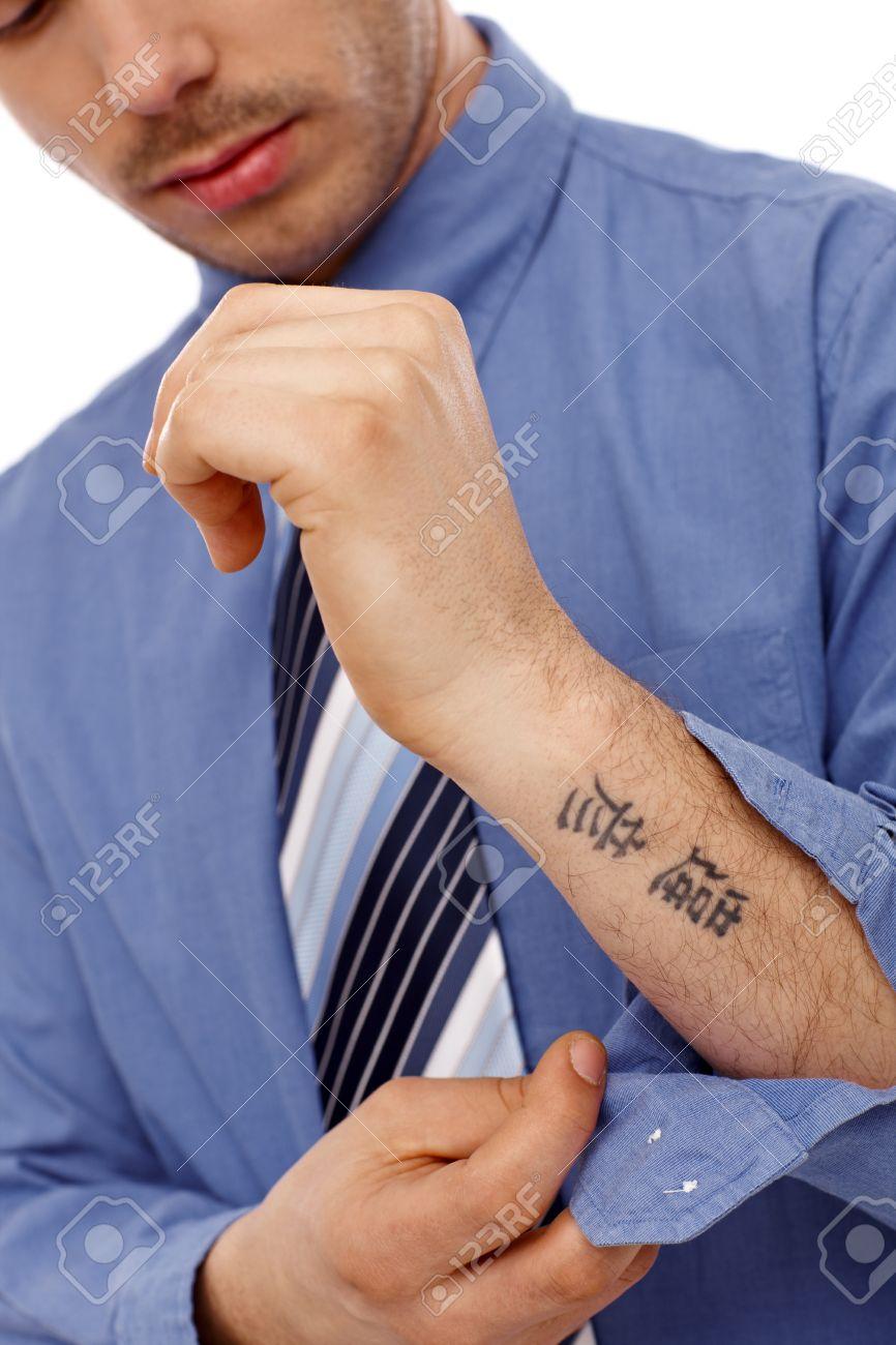 Jeune Homme D Affaires Deboutonner Chemise Montrant Petit Tatouage