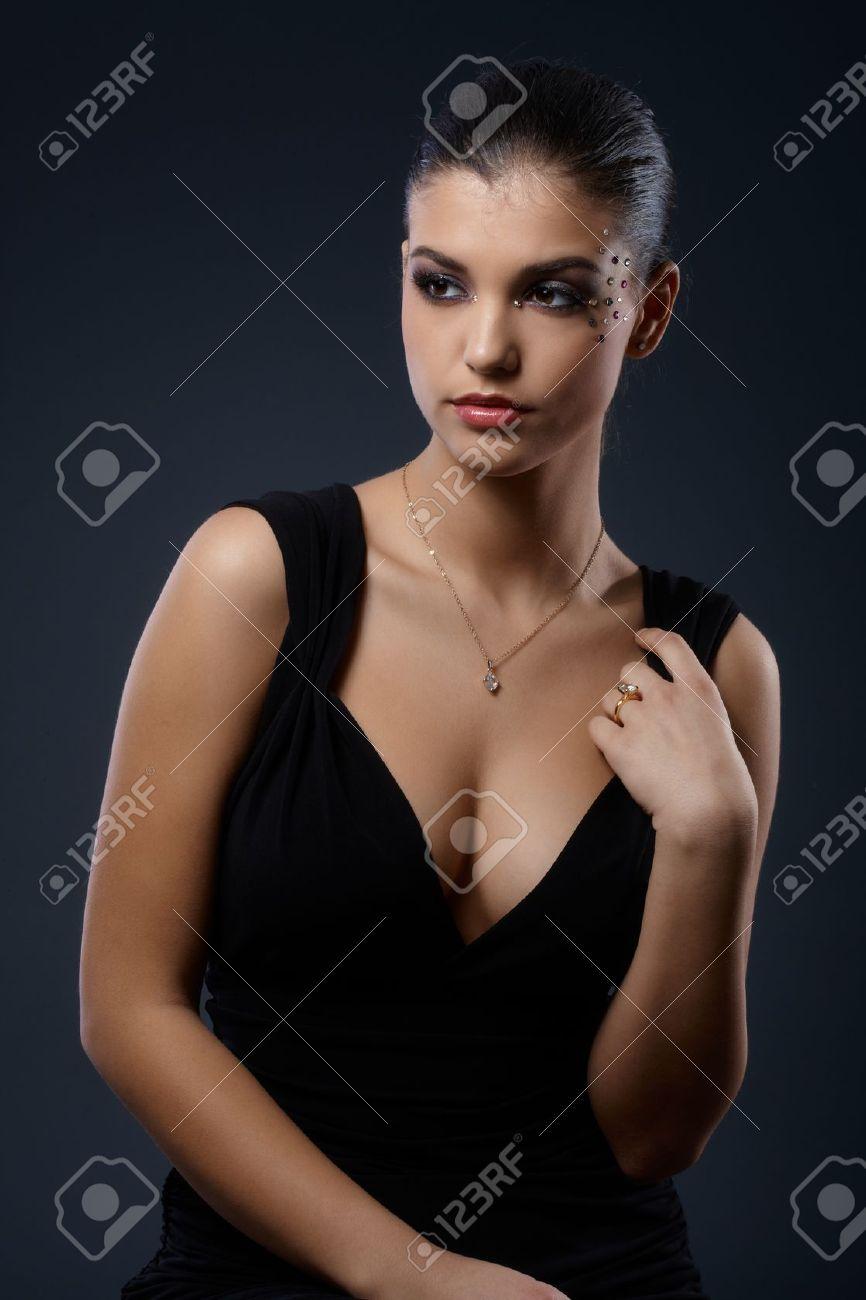 Vestido negro y maquillaje