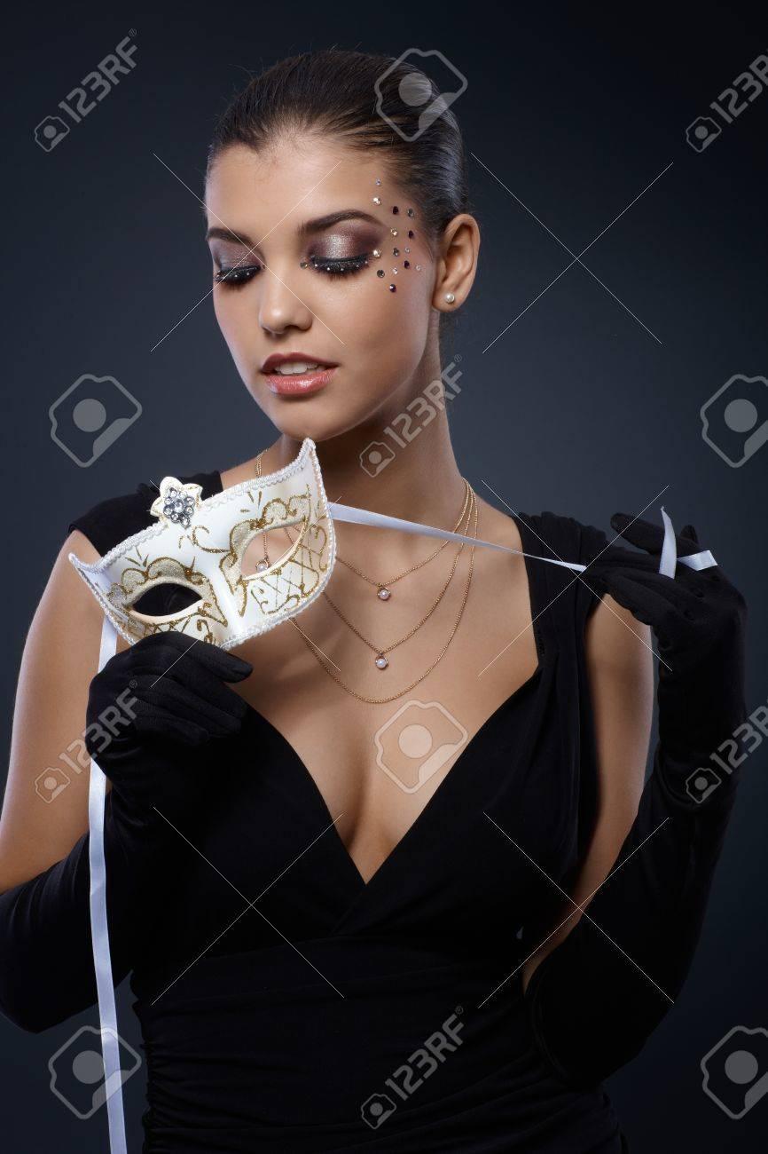 Schönheit In Eleganten Schwarzen Kleid Mit Karneval Maske Und Party ...