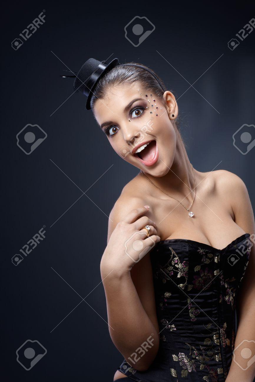 Schöne Frau Posiert In Cocktail-Kleid Tragen Partei Make Hut Und ...