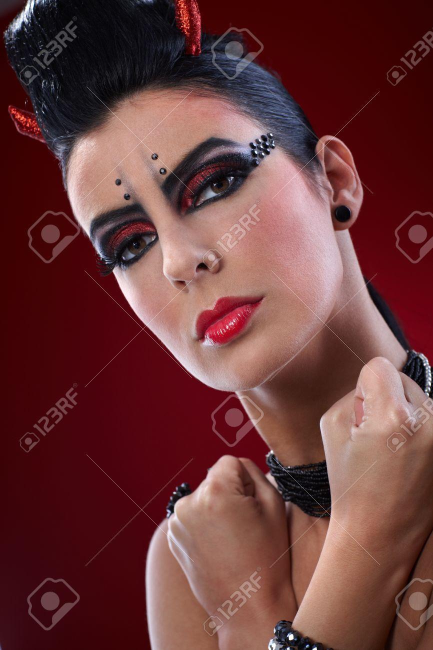 Closeup Portrait Der Teufel Frau Mit Geballten Fäusten Und