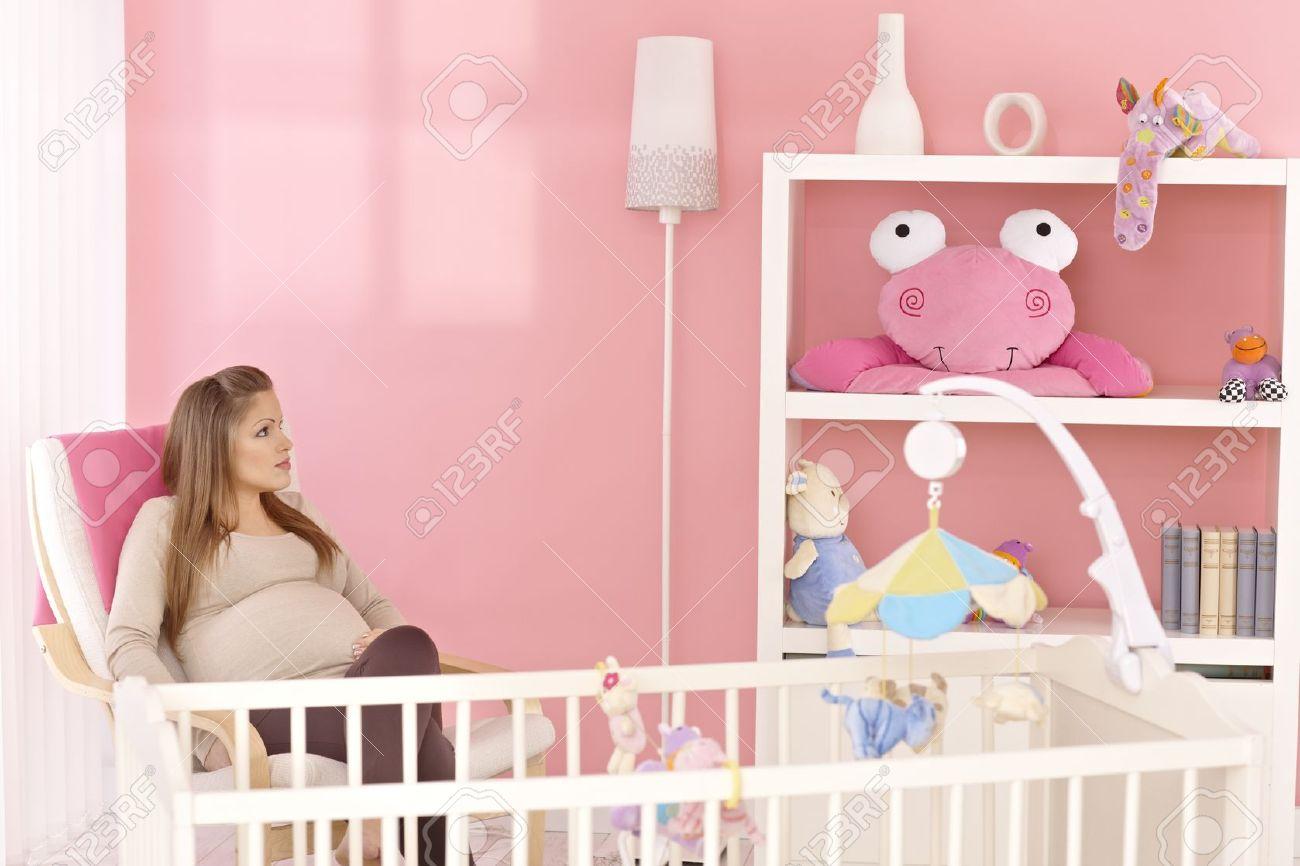 Schwangere Mutter Im Sessel Sitzen In Rosa Kinderzimmer, Das ...