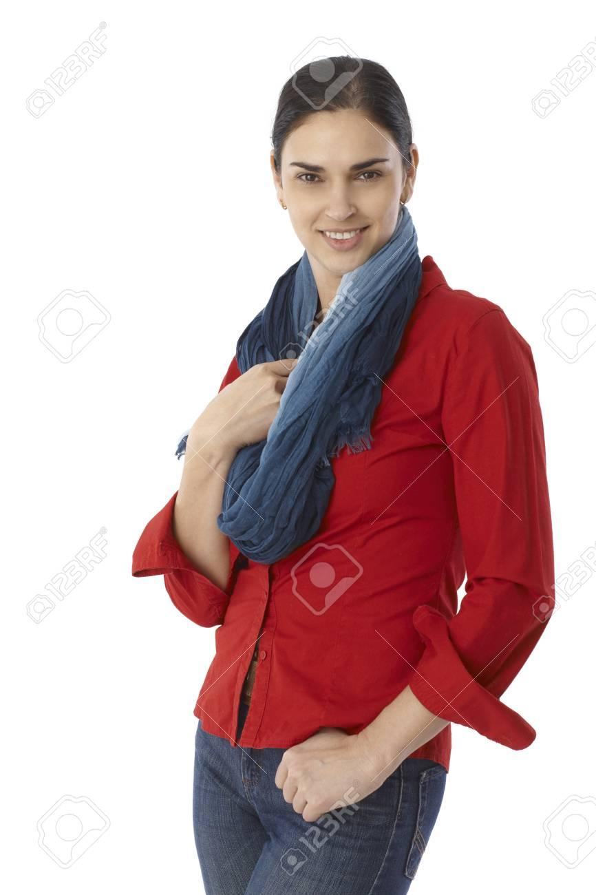 huge selection of db1dd 5c927 Ritratto di giovane donna felice in camicia rossa e sciarpa, sorridente,  guardando a porte chiuse.
