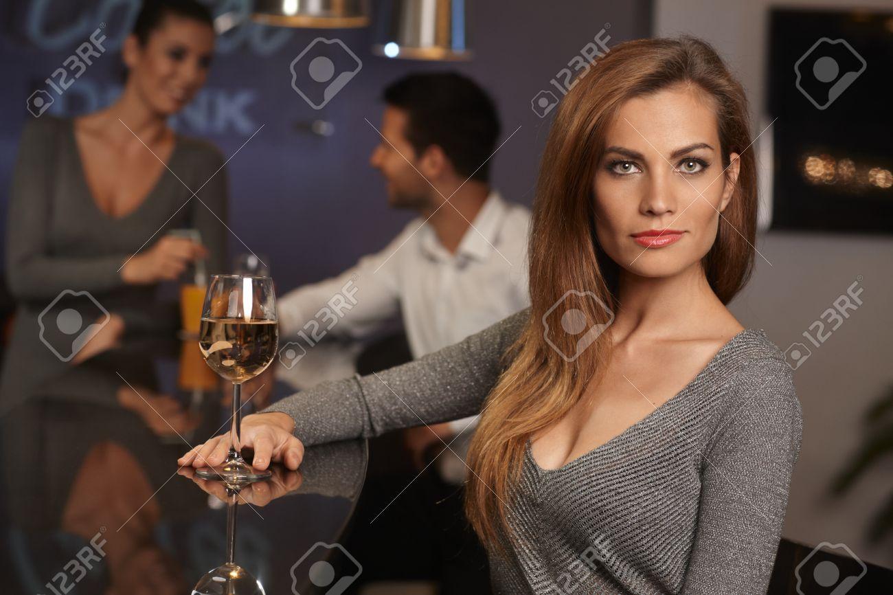 Portrait Der Schönen Jungen Sexy Frau Sitzt In Bar, Trinken Wein ...