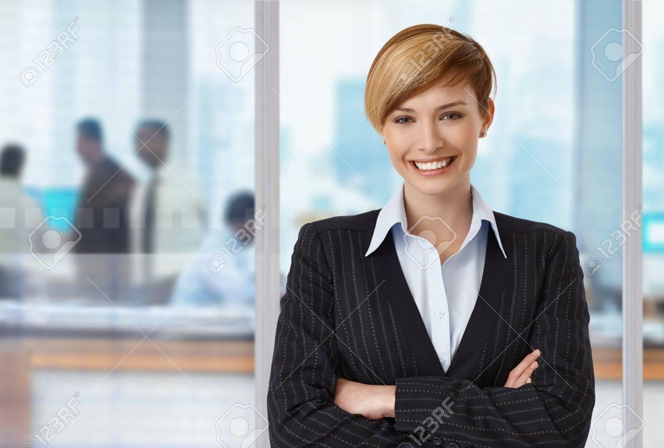 Ufficio Elegante Jobs : Ritratto di felice businesswoman elegante in ufficio copyspace