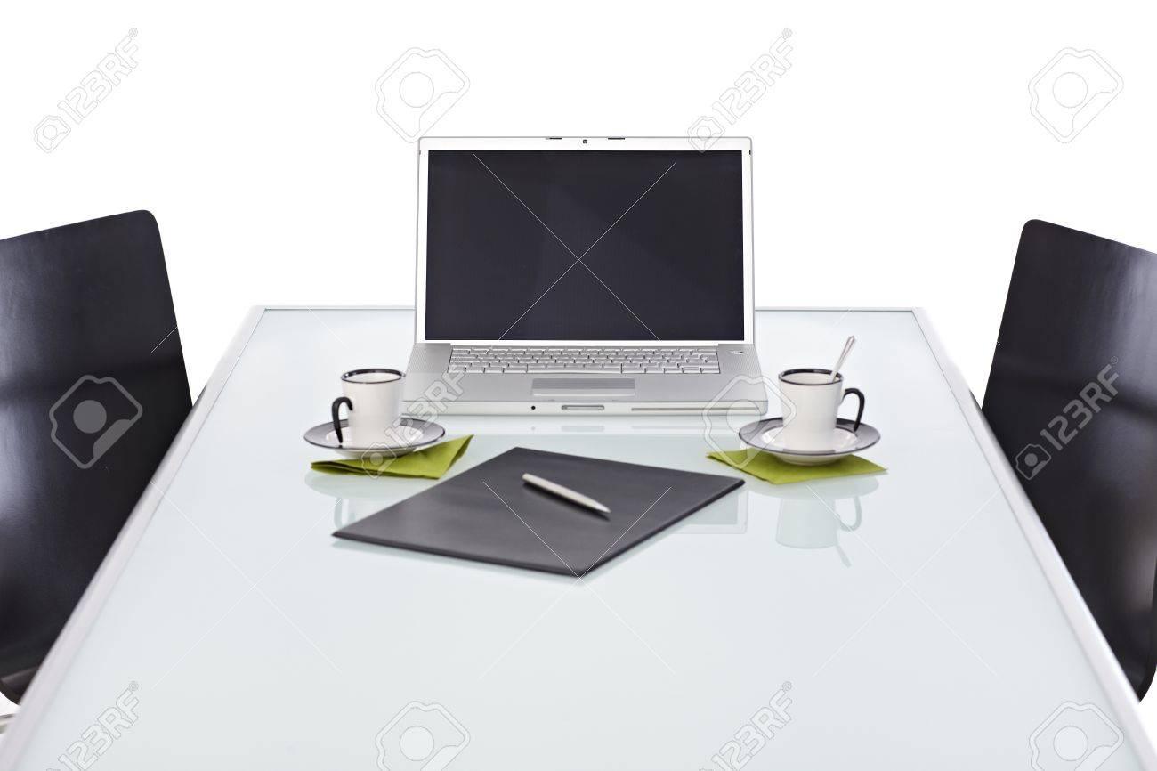 Bureau avec ordinateur portable argent sur opaque bureau de bureaux