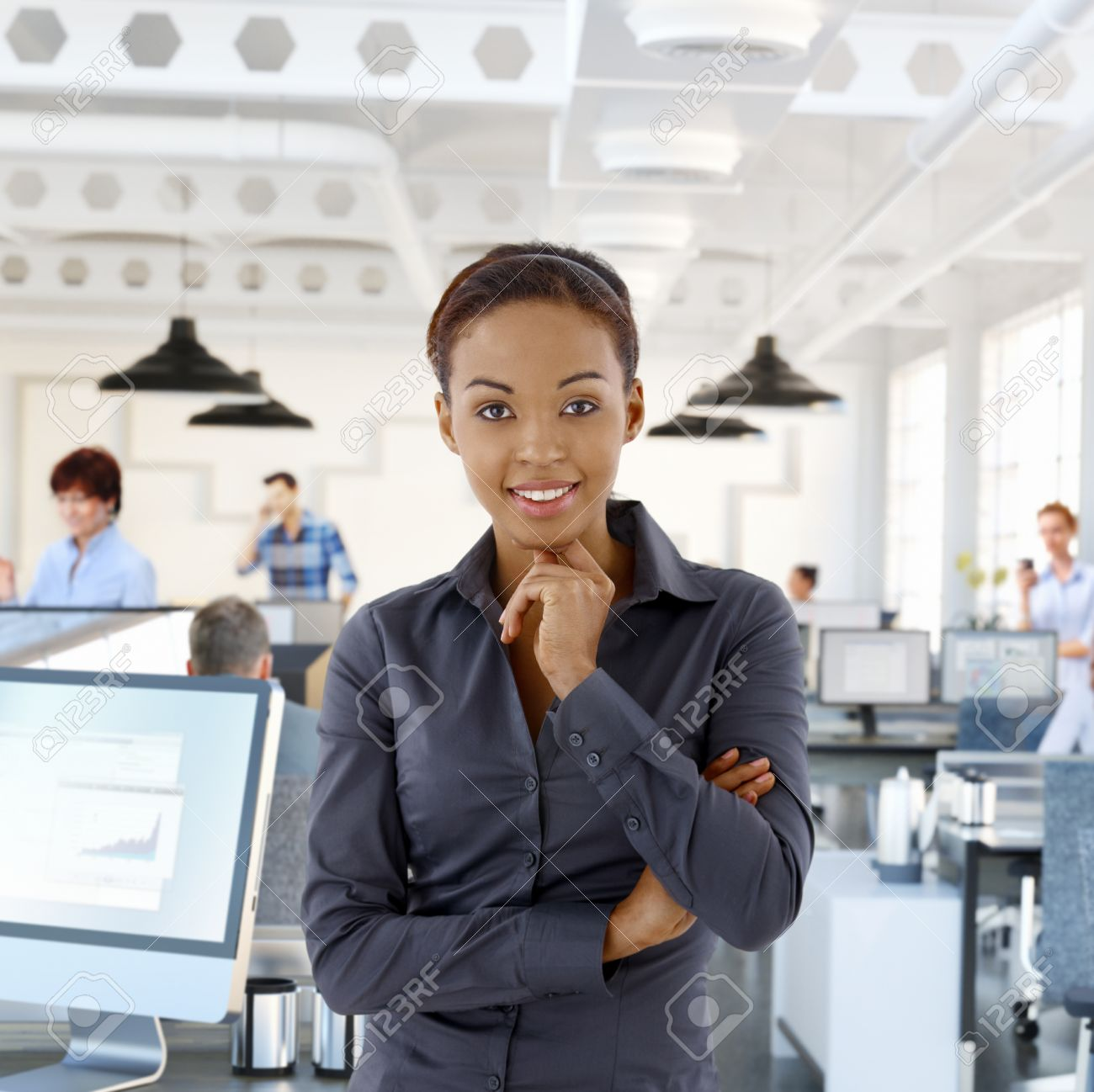 Portrait De Lheureux Femelle Noir Employ De Bureau Dans Le