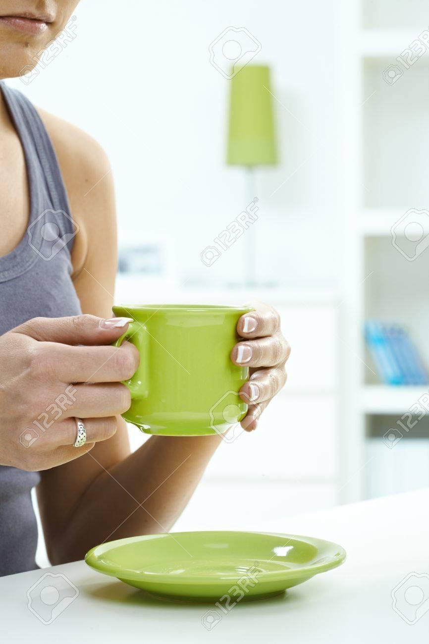 Cerca De La Mujer Con Una Taza De Té En Su Casa. Sosteniendo La Taza ...