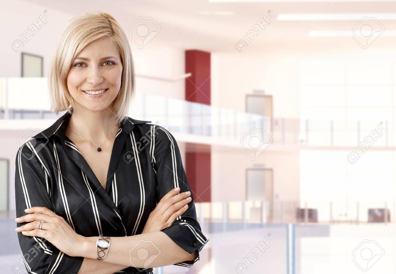 Ufficio Elegante Jobs : Elegante casuale bionda metà degli adulti imprenditrice al centro