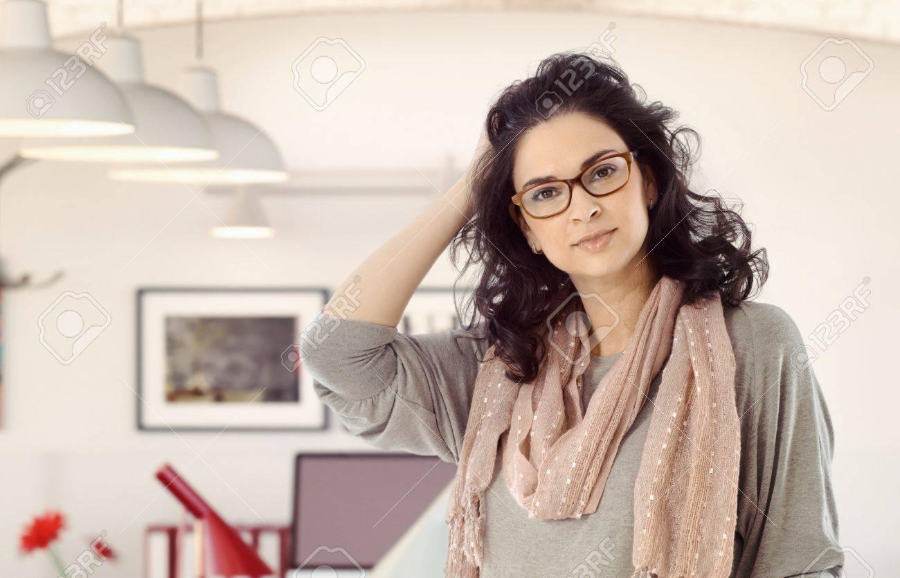 Banque d images - Portrait de femme d affaires décontractée mi adulte  caucasien à la maison. Main dans les cheveux, lunettes, regardant la  caméra, debout, ... ed6616b554cb