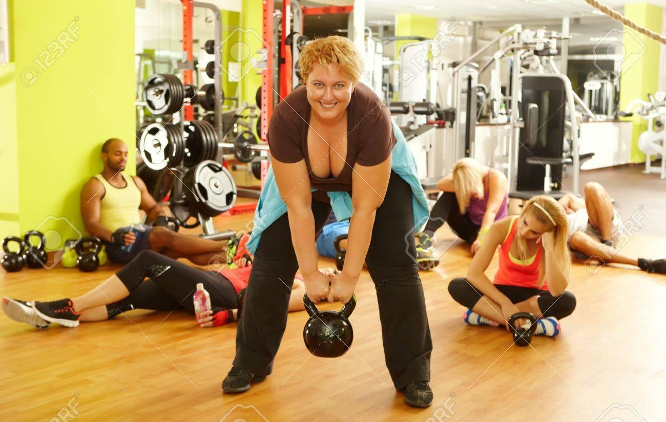 Decidida Mujer Gorda Haciendo Ejercicios De Fitness En El Gimnasio Todos Los Demás Agotado