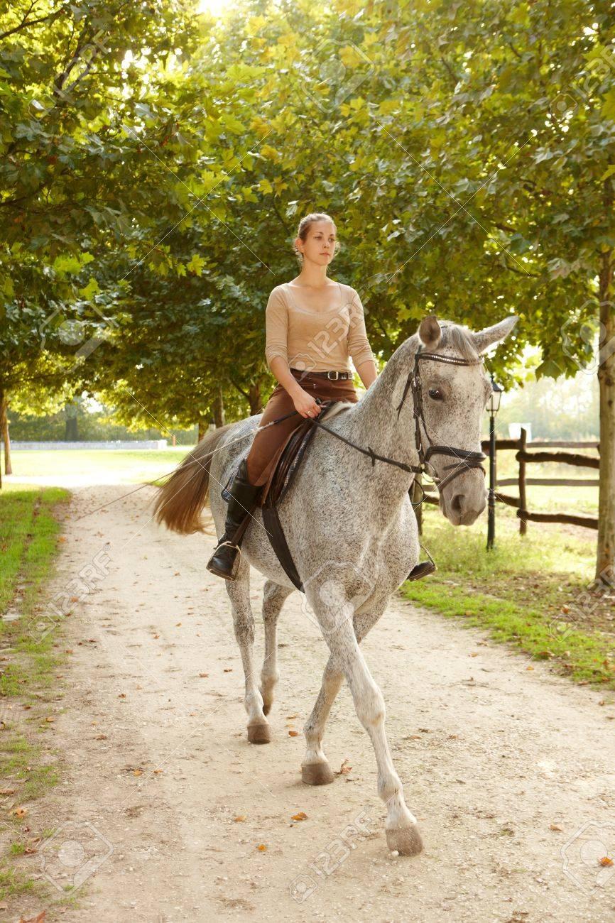 Pferd frau auf Junge frau,