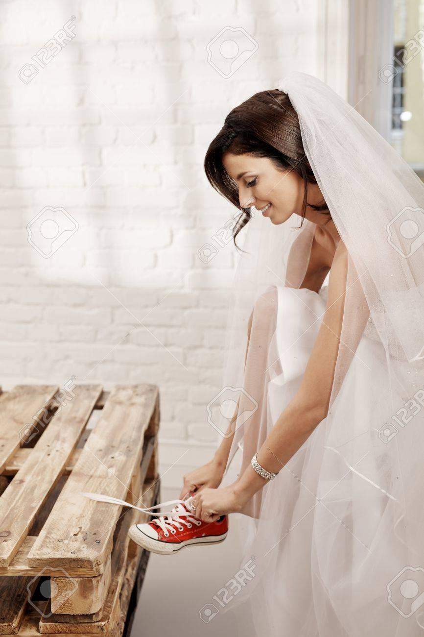 Hübsche Braut Im Hochzeitskleid Immer Auf Turnschuhen. Seitenansicht ...