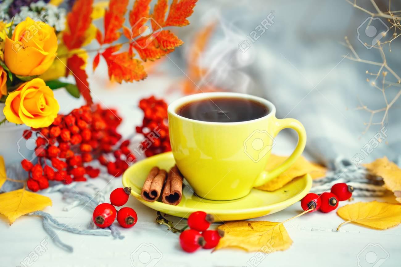 89141563-tasse-de-caf%C3%A9-feuilles-d-automne-et-fleurs-sur-une-table-en-bois-automne-nature-morte-mise-au-point
