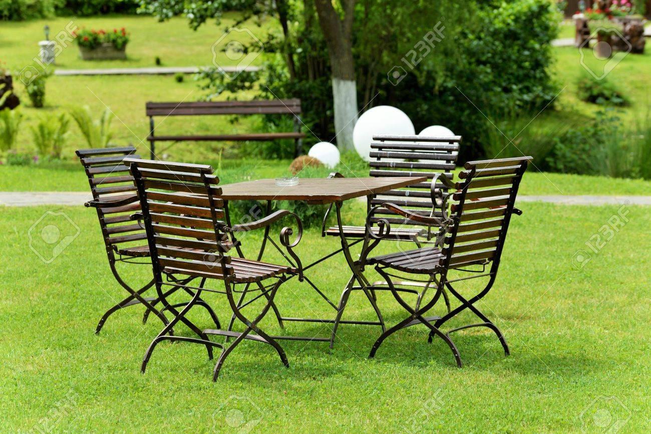 Fer forgé et table en bois et des chaises dans le jardin