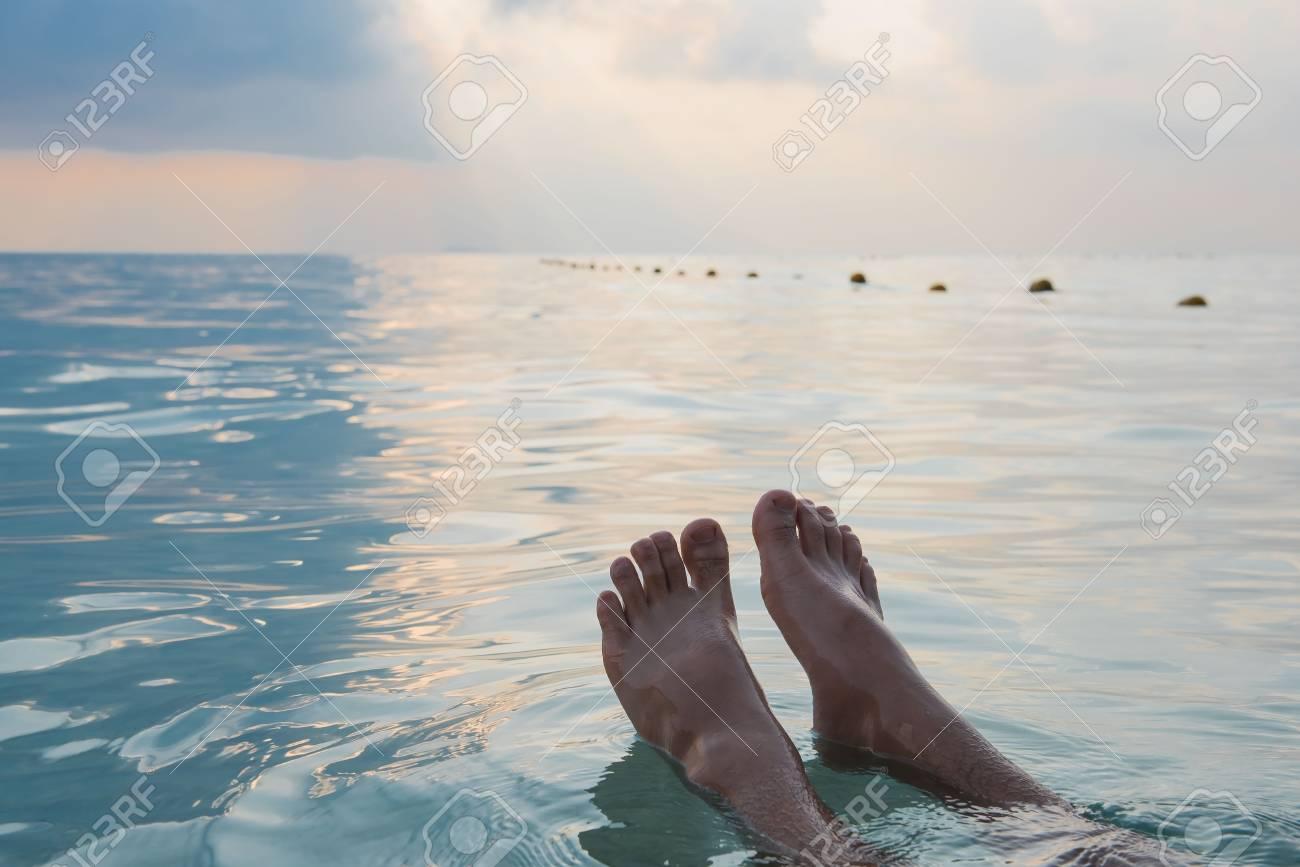 Pies Del Hombre Flotando En El Mar En La Mañana De Verano ...