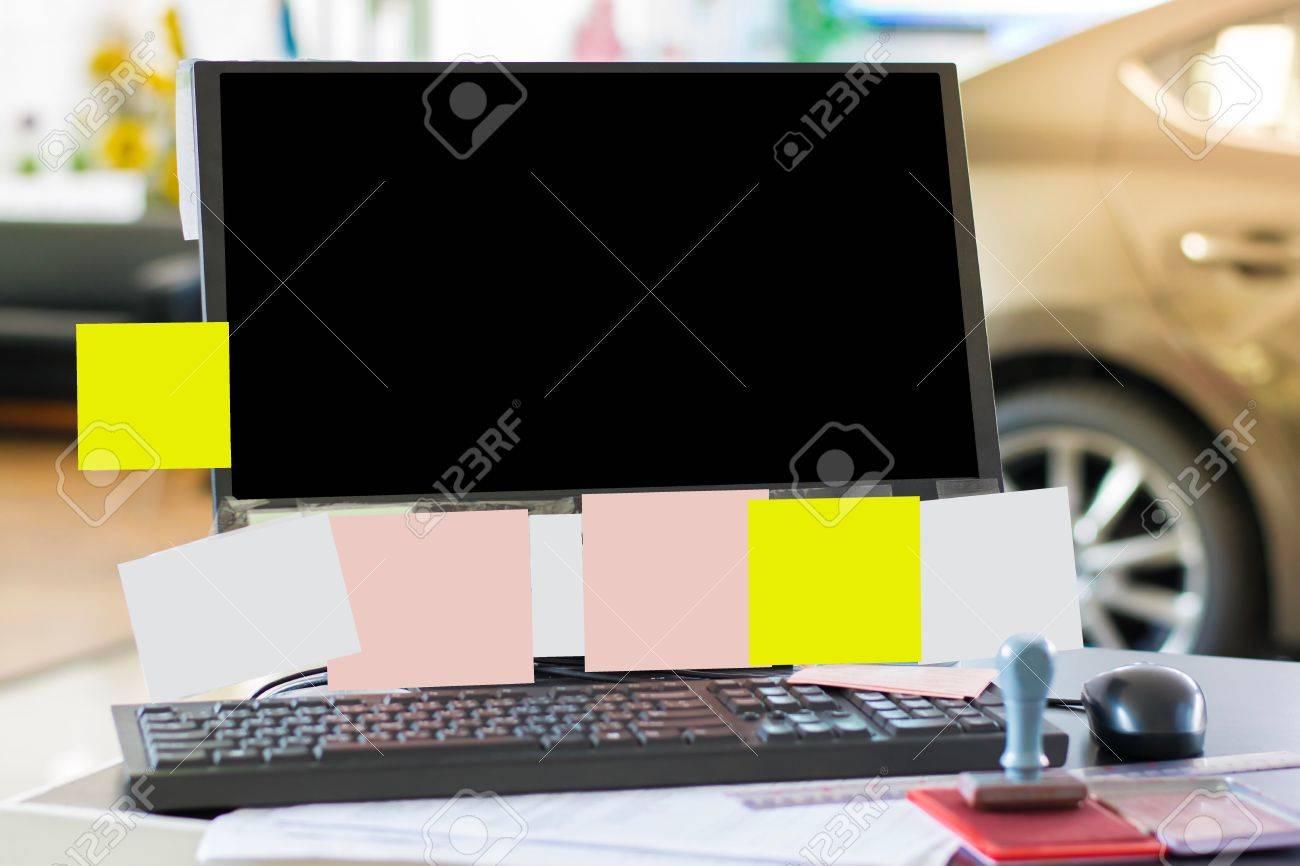 Ordinateur sur un bureau en bois avec un bloc notes dans le bureau