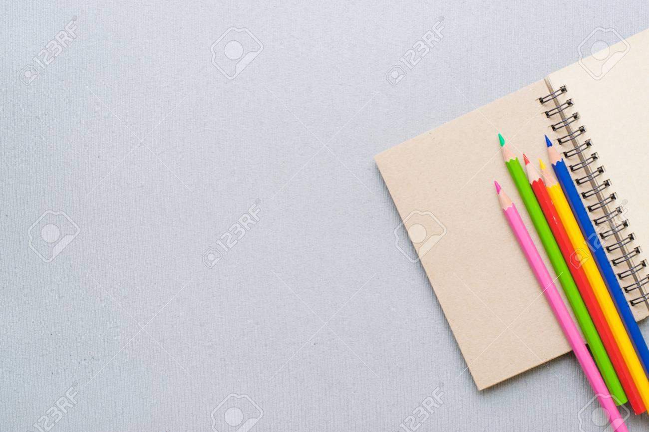 木板の背景に鉛筆とメモ帳 教育 ビジネス写真の壁紙や背景を使用し